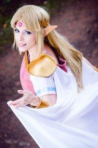 cosplay_princess_zelda_from_the_legend_of_zeldalbw_by_mahocosplay-d7zit5h